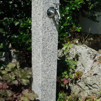 Wasserzapfsäule Granit, grau, geflammt