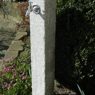 Wasserzapfsäule Granit, grau, gestockt
